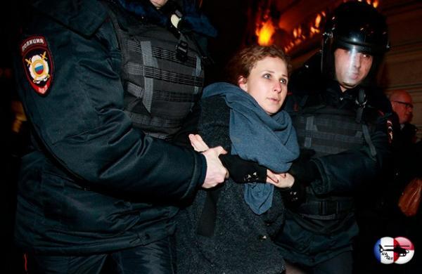 Марию Алехину идвух других участников Pussy Riot задержали вКрыму, затем отпустили безобъяснения причин инеработающей электроникой&nbsp